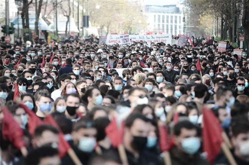 Σύνταγμα: Ενταση και χημικά στο πανεκπαιδευτικό συλλαλητήριο