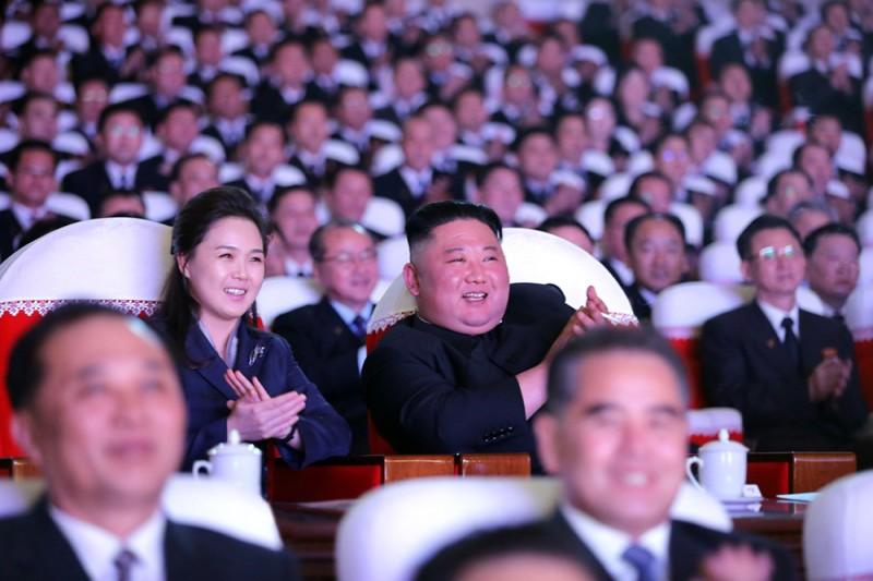 Β.  Κορέα: Εμφανίστηκε δίπλα στον Κιμ η «εξαφανισμένη» σύζυγός του