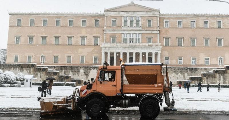 Με 37 εκχιονιστικά αποκαθίσταται σταδιακά η κυκλοφορία σε δρόμους της Αθήνας