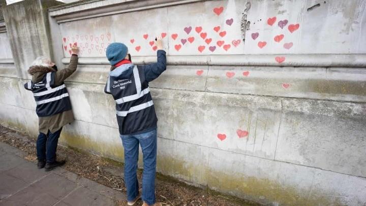 Συγγενείς θυμάτων της πανδημίας ζωγραφίζουν 150.000 καρδιές
