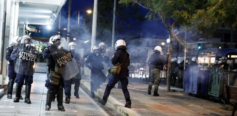 Επεισόδια N. Σμύρνη: 5 τραυματίες αστυνομικοί, 16 συλλήψεις και 11 προσαγωγές