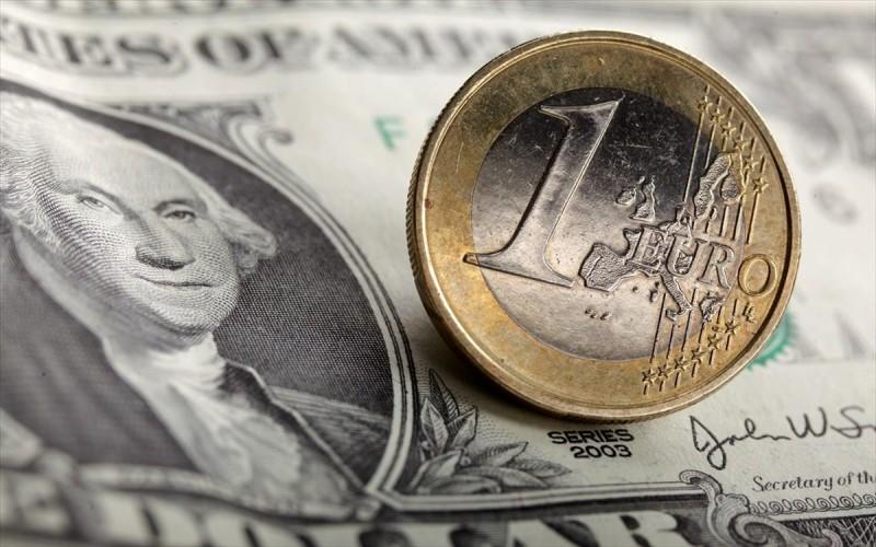 Μικρή πτώση του ευρώ έναντι του δολαρίου