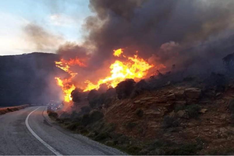 Πυρκαγιές ξέσπασαν στην Άνδρο - Εκκένωση οικισμού