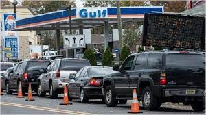Post-apocalyptic σκηνές στις ΗΠΑ - Με μπιτόνια και...σακούλες στα βενζινάδικα
