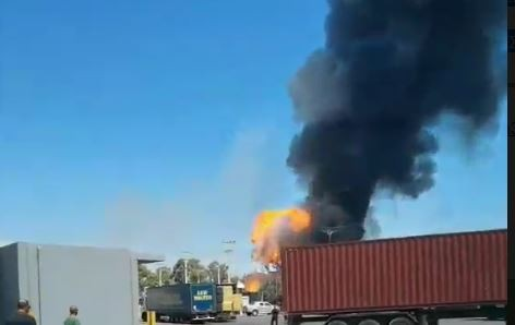 Ασπρόπυργος: Πυρκαγιά σε βυτιοφόρο, εκκενώνεται περιοχή