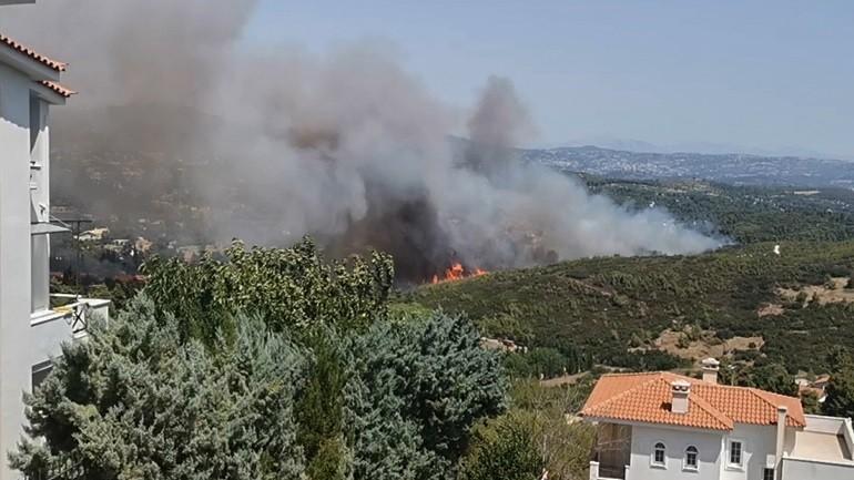 Πυρκαγιά κοντά σε σπίτια στη Σταμάτα Αττικής