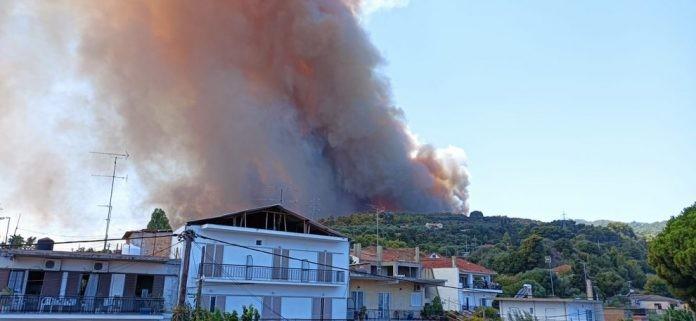 Πύρινη κόλαση στην Αχαΐα: Κάηκαν σπίτια στη Ζήρεια