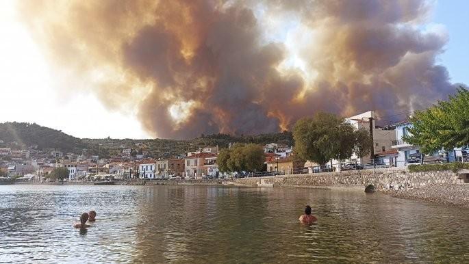Πύρινος εφιάλτης στη Λίμνη Ευβοίας, κάηκαν οικισμοί