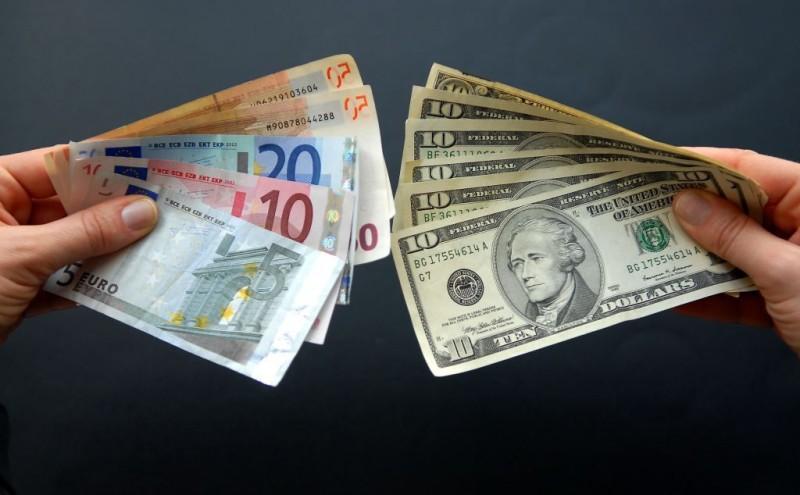 Το ευρώ υποχωρεί οριακά 0,04%, στα 1,1773 δολάρια
