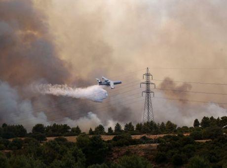 Βαρυμπόμπη: Δραματικές ώρες, σε πλήρη εξέλιξη η πυρκαγιά