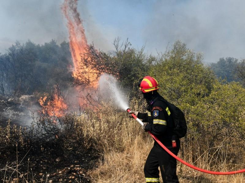 Βίλια: Σε ύφεση η πυρκαγιά