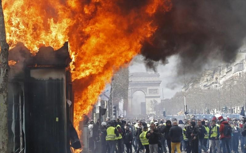 Γαλλία: Επέστρεψαν τα Kίτρινα γιλέκα στις διαδηλώσεις