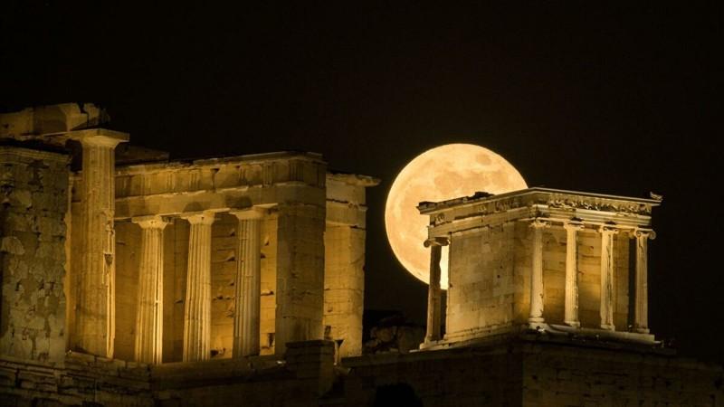 Το αυγουστιάτικο φεγγάρι, οι οπτικές απάτες και οι μύθοι της Σελήνης