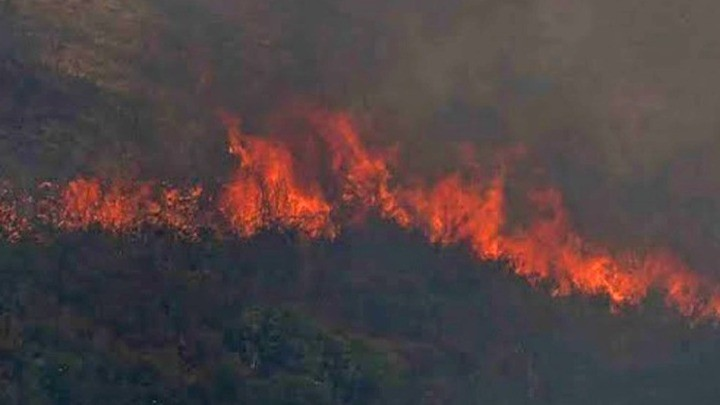 Ρόδος: Μάχη με τις αναζωπυρώσεις δίνουν πυροσβέστες και εθελοντές