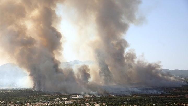 Ανεξέλεγκτη η φωτιά στη Βαρυμπόμπη