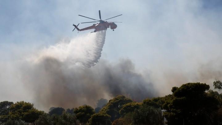 Φωτιά στα Βίλια: εκκενώθηκαν 5 οικισμοί και γηροκομείο