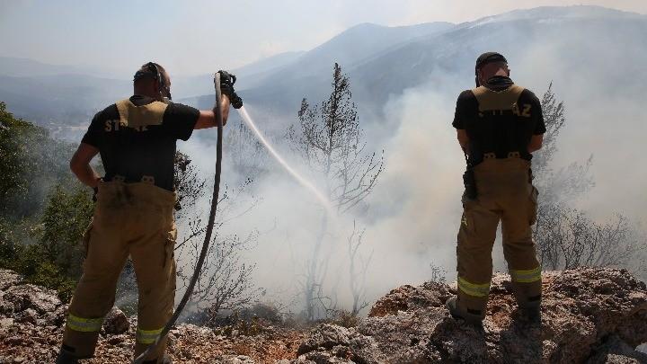 Πυρκαγιά στα Βίλια: Δυσχέρειες στην κατάσβεση λόγω μεταβολών των ανέμων (upd 19.00)