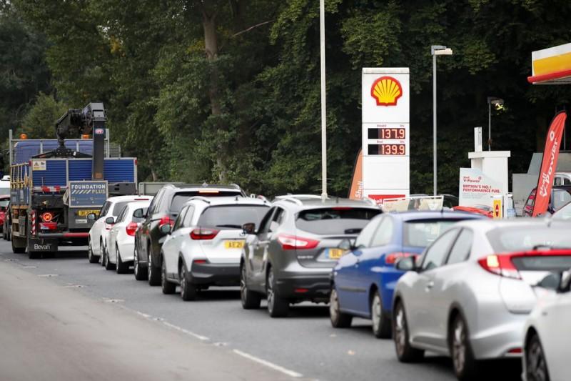 Λονδίνο: Συνεχίζονται οι ουρές για καύσιμα